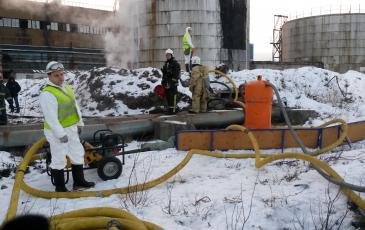 Спасатели Первого арктического центра «ЭКОСПАС» имитируют сбор нефти (г. Полярные Зори, 24 декабря 2016 года)