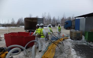 Спасатели ЦАСО «ЭКОСПАС» работают искробезопасным инструментом (г. Рязань, 26 декабря 2016 года)