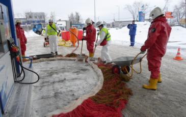 Спасатели Свердловского центра «ЭКОСПАС» осуществляют сбор отработанного сорбента (г. Нижний Тагил, 27 декабря 2016 года)