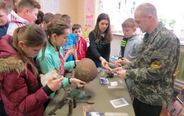 Знакомство учащихся школы с личными вещами и содержанием записок личных медальонов погибших воинов