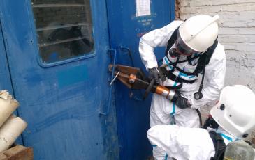 Вскрытие металической двери спомощью гидравлического аврийно-спасательного инструмента