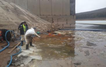 Сбор загрязненного льда с помощью шанцевого инструмента