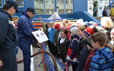 Спасатели Самарского центра «ЭКОСПАС» рассказывают детям о причинах загрязнения окружающей среды
