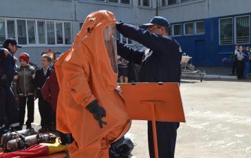 Примерка костюма химической защиты