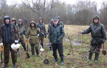 Группа спасателей и поисковиков идет к месту раскопки