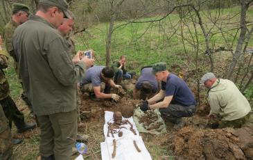 Работы по подъёму останков бойца