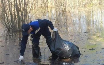Сбор бытового мусора на воде