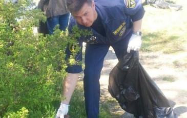 Сбор бытового мусора на прибрежной территории