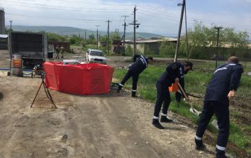 Сбор загрязненного слоя земли с помощью искробезопасного инструмента