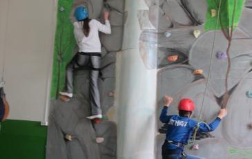 Подъем участников мероприятия по скальной стенке