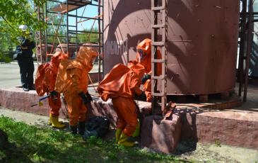 Установка герметизирующей заплатки на резервуар с кислотой на ТЭЦ-25