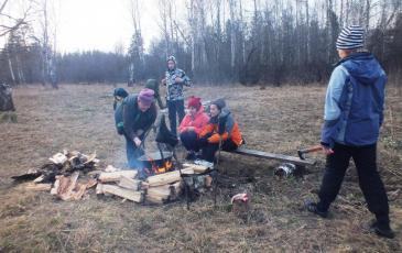 Участники сплава готовят пищу в месте стоянки