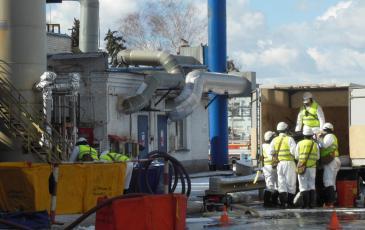 Спасатели выгружают оборудование для ликвидации ЧС