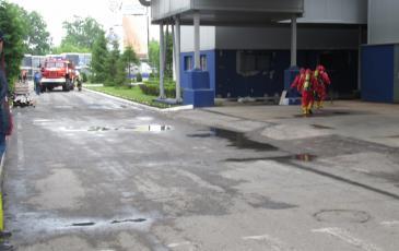 Спасатели у входа в аварийный цех