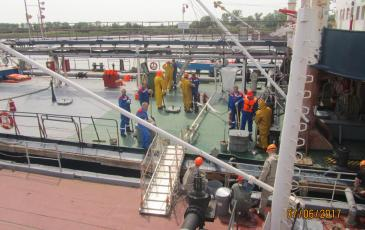 Работа личного состава судов по сбору разлившегося нефтепродукта на палубах судов