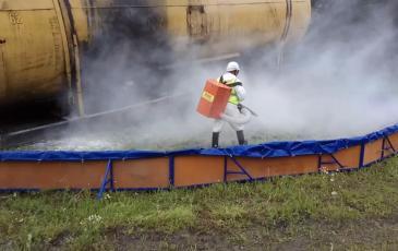 Нанесение сорбента на место разлива нефтепродукта