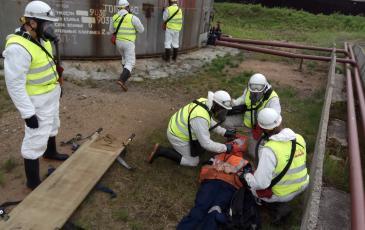 Включение условного пострадавшего аварии в спасательное устройство