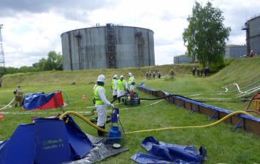 Спасатели установили подпорную стенку и готовятся откачивать разлившийся нефтепродукт