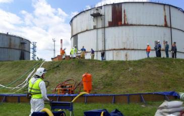 Производится откачка нефтепродуктов с помощью ВНУ-1 и обработка сорбентом места разлива