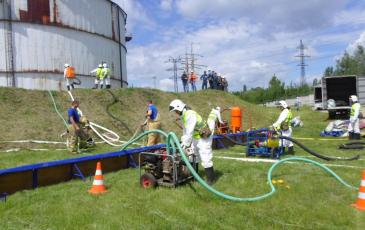 Производится откачка нефтепродуктов при помощи технических средств филиала