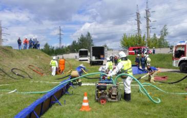 Спасатели Нижегородского центра демонстрируют как и какими техническими средствами будет проходить работа по ликвидации ЧС при её возникновении