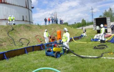 Спасатели Нижегородского центра начинают производить работы по сбору нефтепродуктов