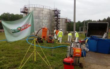 Перекачивание нефтепродукта из обвалованной зоны в емкости временного хранения