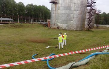Распыление торфяного сорбента на участке аварийного розлива нефтепродуктов