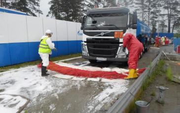 Установка заградительного бона для предотвращения увеличения площади разлива нефтепродуктов