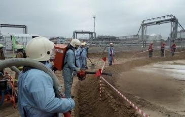 Производится распыление сорбента на поверхность места разлива нефти
