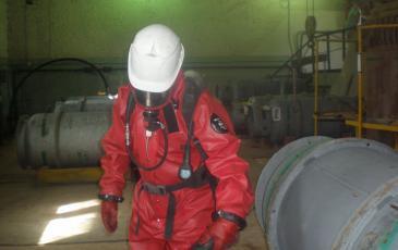 Работа спасателя со специальным оборудованием