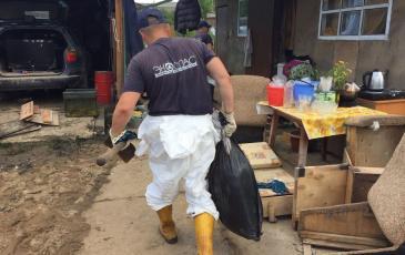 Сбор и вывоз загрязненного грунта в зоне аварии