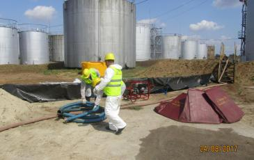 Подготовка к сбору разлившегося нефтепродукта