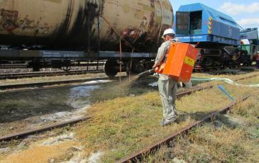 Распыление сорбента на месте разлива нефтепродуктов