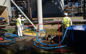 Работы по ликвидации аварийного разлива нефти