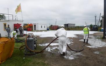 Сбор условного розлива нефтепродуктов вакуумным нефтесборщиком ВНСУ VM-10