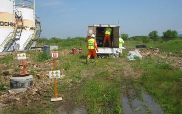 Спасатели Приморского центра «ЭКОСПАС» разгружают оборудование в зоне проведения учений