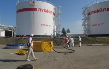 Процес перекачки нефтепродукта во временную емкость спасателями Уфимского центра «ЭКОСПАС