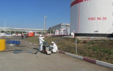 Перекачка нефтепродукта и распыление сорбента спасателями Уфимского центра «ЭКОСПАС»