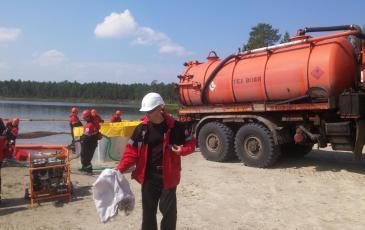 Из емкостей для временного хранения нефти автомобилем АКН производится откачка собранной нефти