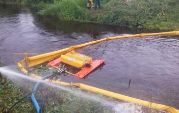 Производится сбор нефтепродукта с поверхности воды с помощью спрут -1