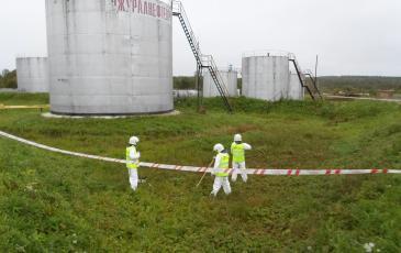 Сбор остатков разлившихся нефтепродуктов с помощью искробезопасного шанцевого инструмента