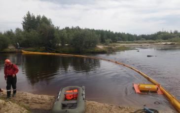 Спасатели ПАСФ Нижневартовский центр устанавливает второй рубеж заградительных бонов