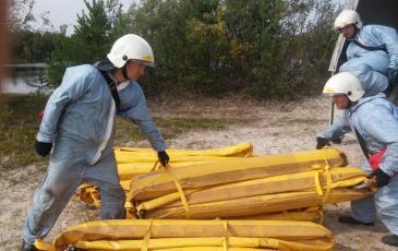 Личный состав ПАСФ Нижневартовского центра «ЭКОСПАС» ведет подготовку для постановки боновых заграждений барьер 50