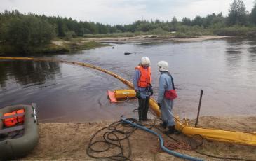 Производиться сбор нефтепродукта с водной поверхности с помощью спрут 1