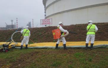 Обработка места разлива нефтепродукта сорбентом