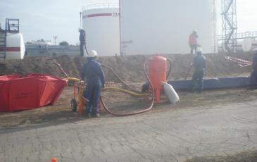 Боевое развертывание оборудования на месте предполагаемого разлива нефтепродуктов