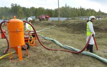 Осуществление сбора нефтепродуктов с помощью вакуумной установки ВАУ-1
