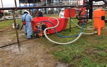 Производится процесс сбора нефтепродукта с помощью Мини вака