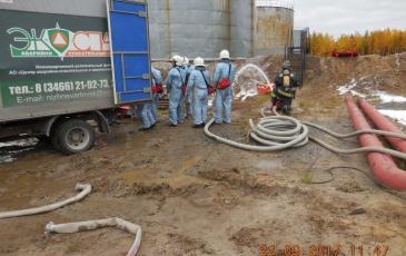 Разгрузка нефтесборного оборудования спасателями Нижневартовского центра ПАСФ «ЭКОСПАС»